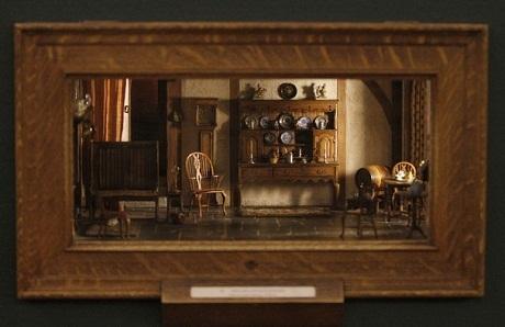 Một chiếc hộp gỗ nhỏ được đặt trong tường của viện bảo tàng - Tác phẩm của nghệ nhân Thorne