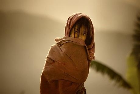 Hình ảnh phản chiếu của một người phụ nữ Ấn Độ và ngôi đền Taj Mahal.