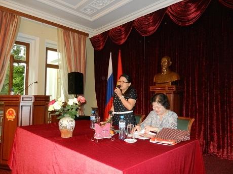 Bà Phạm Ngọc Bích, Tham tán Công sứ, Ban Công tác Cộng đồng phát biểu.