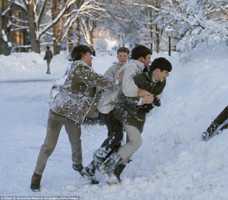 Những cậu bé nghịch ngợm với tuyết ở Deerfield, bang Massachusetts, Mỹ.