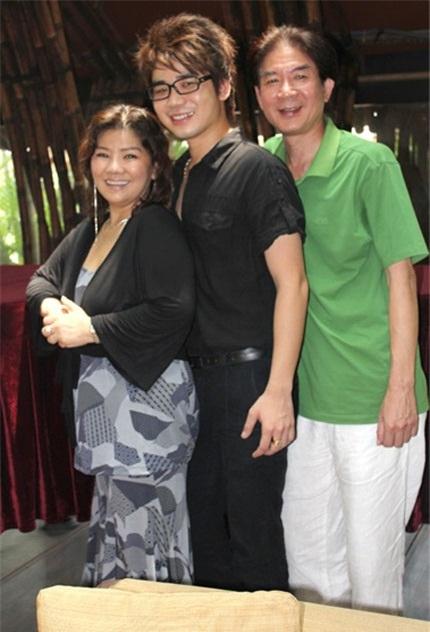 Vợ chồng NSND Thanh Hoa và con trai.