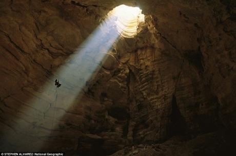 Một người đàn ông đang thám hiểm động Majlis al Jinn ở Oman.