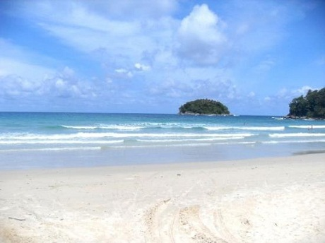 Bãi cát trắng tinh và nước màu xanh sẫm khiến khung cảnh ở Kata có vẻ đẹp lôi cuốn kỳ lạ.