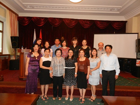 Bà Trương Mỹ Hoa chụp ảnh kỉ niệm với mọi người.