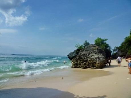 Sóng biển nơi đây rất thích hợp cho những môn thể thao dưới nước.