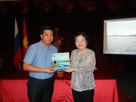 """Bà Trương Mỹ Hoa tặng Hội người VN tại Nga bức phù điêu: """"Vì học sinh Trường Sa thân yêu."""