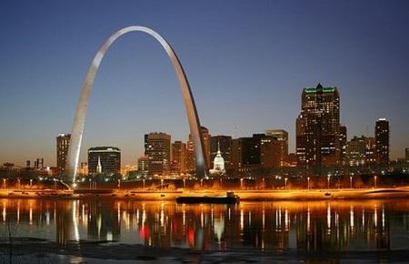 Gateway Arch và thành phố St. Louis kế bên sông Mississippi về đêm