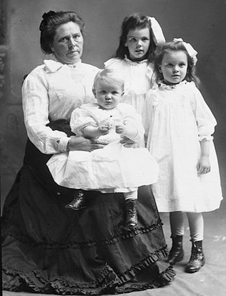 Ảnh chụp Belle Gunness và các con của mình năm 1908