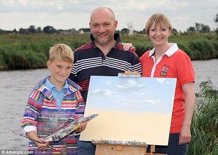 Cậu bé 10 tuổi ở Anh kiếm 49 tỉ nhờ vẽ tranh - 1