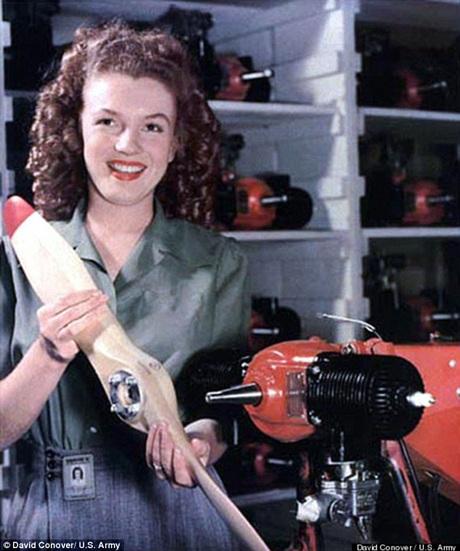 Hình ảnh Marilyn Monroe khi còn làm ở xưởng cơ khí
