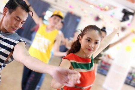 Hoa hậu Diễm Hương miệt mài trên sàn tập khiêu vũ để chuẩn bị cho Đêm vũ hội.