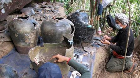 Bộ hài cốt nằm trong chiếc chum vỡ tìm thấy tại khu vực núi Cardamom, tỉnh Koh Kong, Campuchia