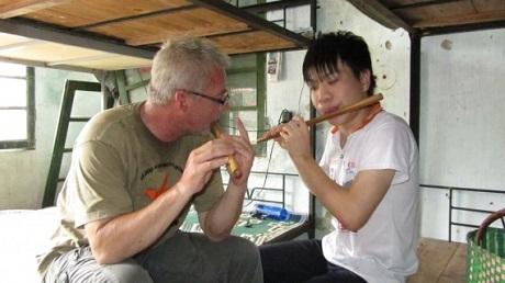 Nhà báo Đức ghé thăm một nhà tình thương trên đường vào Quảng Trị