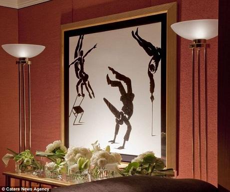 Một trong số những bức tranh được treo trên tường phòng.