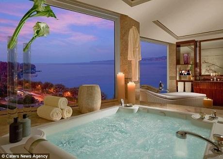 Bồn tắm thủy lực được xây bằng những khối đá cẩm thạch.
