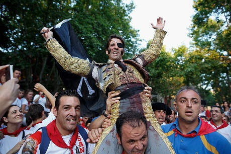 Dũng sĩ Ivan Fandino đã khuất phục được một chú bò tót lông trắng dòng Fuente Ymbro.