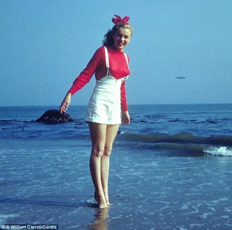 Norma Jeane vui đùa với sóng biển California.