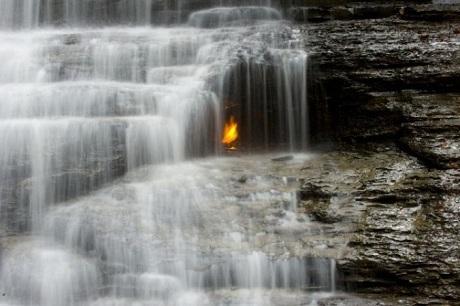 Bí ẩn những ngọn lửa không tắt