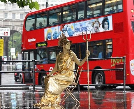 Người mẫu đang hóa thân thành biểu tượng Britannia ở thành phố London.