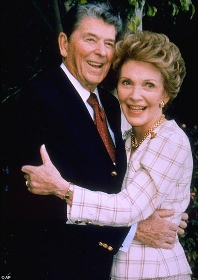 Tổng thống Ronald Reagan và phu nhân Nancy trong đời thực.