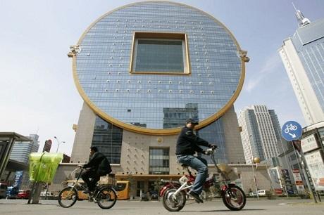 Một tòa nhà cao tầng có hình đồng tiền xu Trung Quốc nằm ở miền đông bắc nước này.