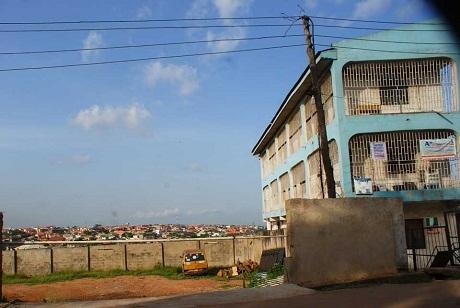 Bầu trời xanh trên quận Magodo, thành phố Lagos, Nigeria.