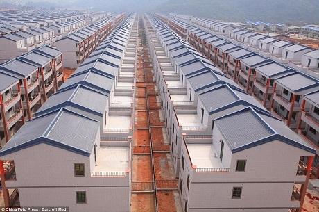 Những dãy nhà màu xám xây đều tăm tắp ở tỉnh Hải Nam không có một chút thẩm mỹ nào.