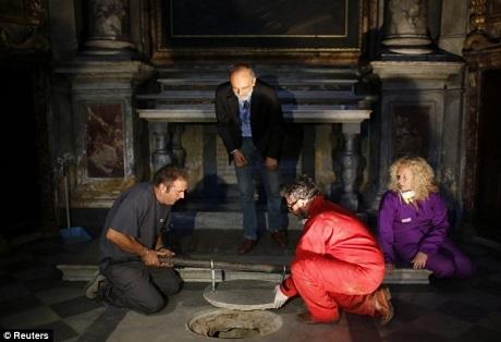 Các nhà nghiên cứu khoan cắt một lỗ hổng để đưa người xuống hầm mộ nhà Gherardini.