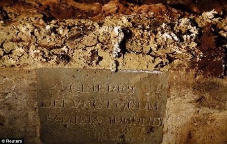 Một bức bia đá được đặt ở vị trí phần mộ của chồng bà Lisa Gherardini.