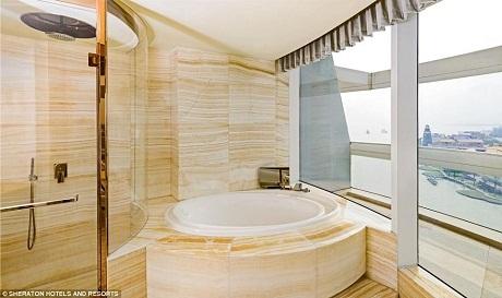 Phòng tắm với 2 lựa chọn: tắm bồn đá cẩm thạch hoặc tắm vòi hoa sen.