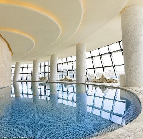 Bể bơi trong nhà.