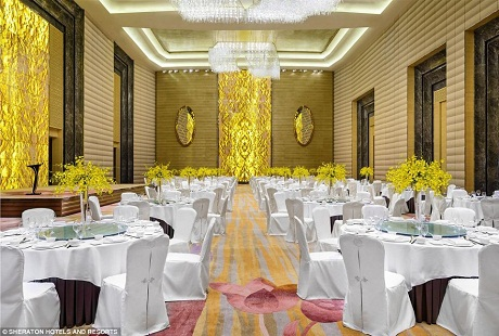 Phòng Grand Ballroom với diện tích đủ cho một cuộc hội nghị hoặc chiêu đãi quy mô lớn.