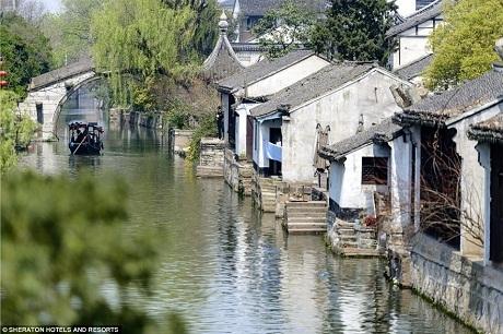 Khung cảnh đặc trưng ở thành phố Hồ Châu với những ngôi làng nằm ven con nước.