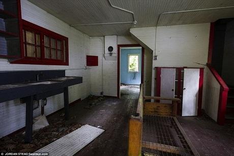 Một phòng bếp bụi bặm, đã từ hàng chục năm nay nó không có người sử dụng.