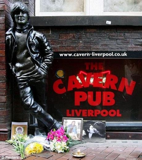 Bức tượng khắc họa John Lennon thời trẻ được dựng lên bên ngoài quán Cavern Club.