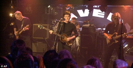 Paul McCartney nhân chuyến thăm lại Cavern Club đã lên sân khấu biểu diễn tặng khán giả.