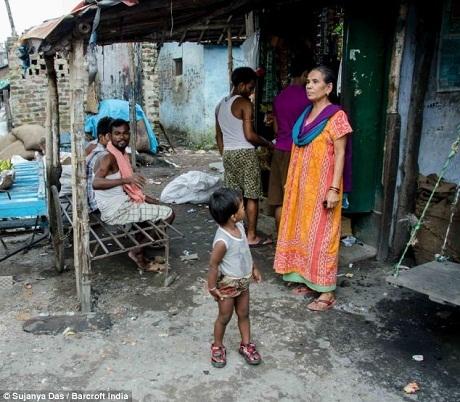 Bà Sultana kiếm thêm thu nhập bằng cách mở một quán nước nhỏ và may quần áo cho phụ nữ.