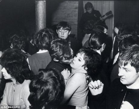 """Quán bar dưới tầng hầm là nơi những cuộc vui """"tới bến"""" của người trẻ Liverpool diễn ra."""