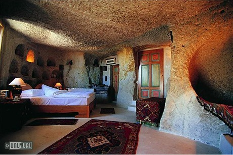 Một ban công khách sạn mở ra từ trong lòng núi