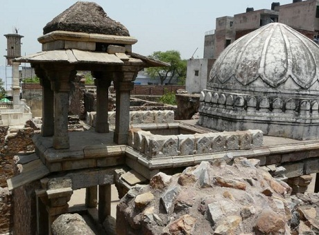 Phần mái của cung điện Zafar Mahal ở thành phố Delhi.