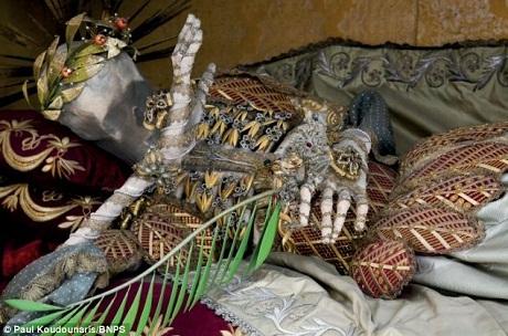 Di hài thánh Vincentus ở Stams, Áo được phủ một lớp vàng lá.