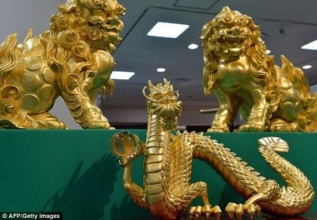 """Cặp sư tử có giá bằng cây thông - hơn 204 tỉ VND. Chú rồng có giá """"phải chăng"""" hơn - gần 6 tỉ VND."""