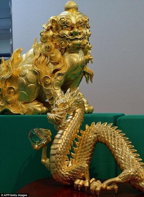 Sư tử và rồng được làm bằng vàng.
