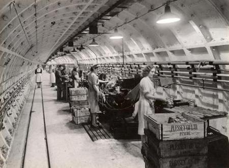 Ga tàu điện ngầm Luân Đôn còn được dùng làm công xưởng phục vụ chiến tranh thế giới II
