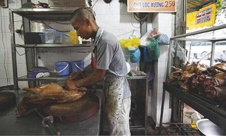 Một cửa hàng bán thịt chó ở Hà Nội.