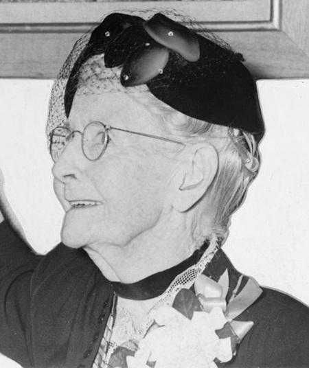 Chân dung nữ họa sĩ Grandma Moses chụp năm 1953.