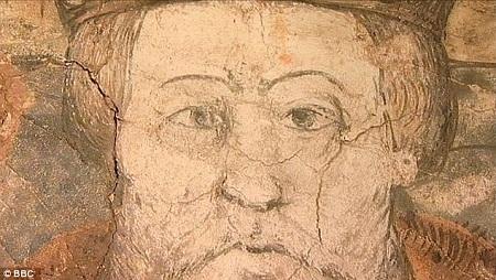 Bức bích họa đã hiện ra sau khi lớp thạch cao cũ được dỡ khỏi tường.