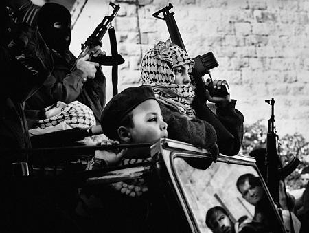Những chiến binh nhí của Đảng Fatah, một đảng phái lớn ở Palestine. Ảnh chụp năm 2002.