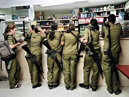 Nghĩa vụ quân sự là bắt buộc đối với tất cả mọi người dân Israel, kể cả phụ nữ.