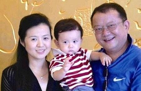 Vương Cương cùng vợ thứ 3 và con trai